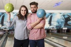 Couples pendant le jeu de bowling Images stock