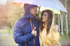 Couples pendant le jour pluvieux Image stock