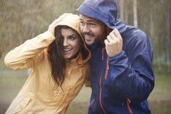 Couples pendant le jour pluvieux Photos libres de droits