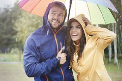Couples pendant le jour pluvieux Photo libre de droits