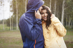 Couples pendant le jour pluvieux Photographie stock