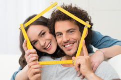 Couples pensant à la Chambre de achat Image stock