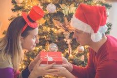 Couples permutant des cadeaux de Noël Photo stock