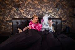 Couples peu communs à la chambre à coucher élégante images libres de droits