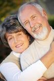 Couples plus anciens affectueux image libre de droits