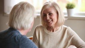 Couples plus anciens affectueux heureux ayant l'amusement parlant la date clips vidéos