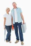 Couples plus anciens heureux tenant les outils diy Photos libres de droits
