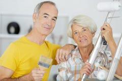 Couples plus anciens heureux tenant les outils diy images libres de droits