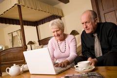 Couples plus anciens mûrs utilisant l'ordinateur portatif Photo libre de droits