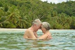 Couples pluss âgé à la plage tropicale Photo libre de droits