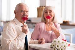 Couples pluss âgé adorables supportant les lucettes rouges Images libres de droits