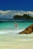 Couples pluss âgé affectueux se baignant en mer Photographie stock libre de droits