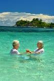 Couples pluss âgé affectueux se baignant en mer Images libres de droits