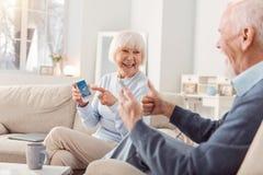 Couples pluss âgé agréables étant heureux au sujet de la prévision de beau temps photos stock