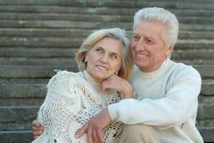 Couples pluss âgé beaux au mur Photo stock