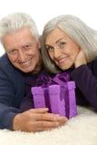 Couples pluss âgé célébrant la nouvelle année Photographie stock libre de droits