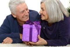 Couples pluss âgé célébrant la nouvelle année Photos libres de droits