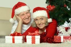 Couples pluss âgé célébrant la nouvelle année Image stock