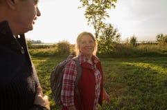 Couples pluss âgé caucasiens heureux d'aînés en parc Photo libre de droits