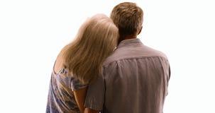 Couples pluss âgé dans l'amour étant affectueux sur le fond blanc Image libre de droits