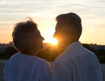 Couples pluss âgé dans l'amour au coucher du soleil Photos libres de droits