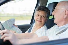 Couples pluss âgé dans la voiture avec la carte Photo libre de droits