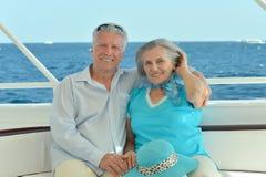 Couples pluss âgé dans le bateau sur la mer Photos stock