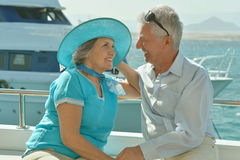 Couples pluss âgé dans le bateau sur la mer Images libres de droits