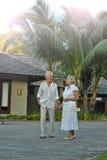 Couples pluss âgé dans le jardin tropical Photos stock