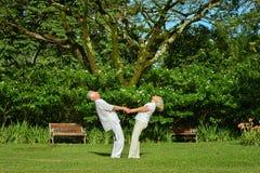 Couples pluss âgé dans le jardin tropical Image libre de droits