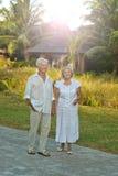 Couples pluss âgé dans le jardin tropical Photo libre de droits