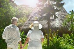 Couples pluss âgé dans le jardin tropical Photo stock