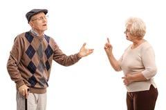 Couples pluss âgé discutant les uns avec les autres image stock