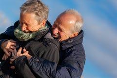 Couples pluss âgé embrassant et célébrant le soleil image stock