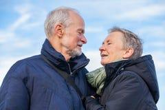 Couples pluss âgé embrassant et célébrant le soleil image libre de droits