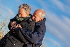 Couples pluss âgé embrassant et célébrant le soleil photos stock