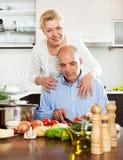 Couples pluss âgé et cuisson ensemble dans la cuisine Images libres de droits