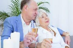 Couples pluss âgé et dîner romantique Photographie stock libre de droits