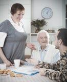 Couples pluss âgé et employé social Photos stock