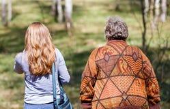 Couples pluss âgé et jeune travailleur social Photo stock