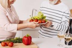 Couples pluss âgé faisant cuire le dîner ensemble dans la cuisine Photo libre de droits