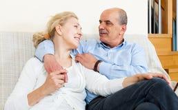 Couples pluss âgé flirtant avec l'amour et se reposer Photos libres de droits