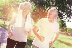 Couples pluss âgé folâtres marchant dehors Photographie stock libre de droits