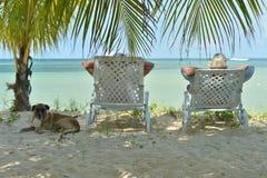 Couples pluss âgé fonctionnant sur la plage Image libre de droits
