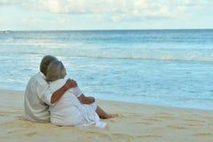 Couples pluss âgé fonctionnant sur la plage Photos libres de droits