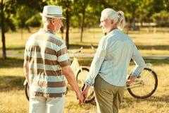 Couples pluss âgé gentils ayant une promenade Photos stock