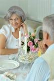 Couples pluss âgé heureux dînant ensemble Image libre de droits