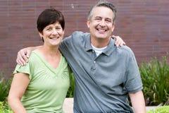 Couples pluss âgé heureux d'aînés en parc Photo libre de droits