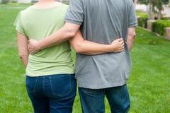 Couples pluss âgé heureux d'aînés en parc Photographie stock