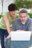 Couples pluss âgé heureux d'aînés en parc Photos libres de droits